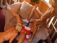 Drei blonde Lesben lecken Muschis