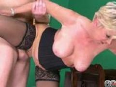 Blonde Milf fickt in Dessous